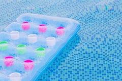 Flutuando o colchão de ar azul e cor-de-rosa na associação Foto de Stock Royalty Free