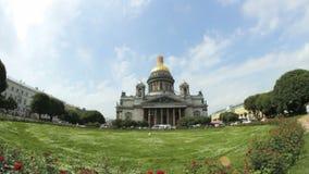 Flutuar nubla-se em um dia ensolarado na catedral do ` s de Isaac de Saint em St Petersburg, Rússia filme
