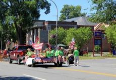Flutue com as crianças e os adultos que comemoram a parada do 4 de julho, Saratoga do centro, New York, 2016 Fotografia de Stock