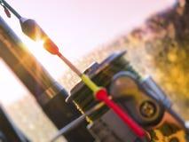 Flutue e um carretel da pesca na luz solar fotos de stock
