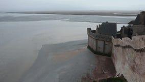 Flutwelle- und Mont Saint-Michel-Wand Morgen-nebelhafte Seeansicht stock footage