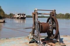 Fluvial port: Rdzewiejący i Stary Ręczny Morski Winch fotografia royalty free