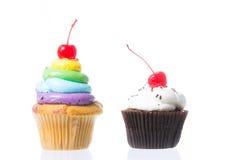 Fluweel cupcakes isolate Stock Afbeeldingen