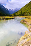 Flux de fleuve parmi les montagnes Photos libres de droits
