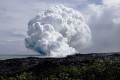 Flux de lave à l'océan photos stock