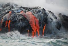 Flux de lave multiples, océan, vapeur, fin vers le haut