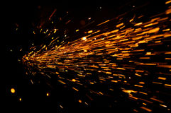 Flux rougeoyant des étincelles dans l'obscurité Images libres de droits