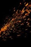 Flux rougeoyant des étincelles dans l'obscurité Image stock