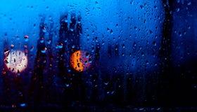 Fluxo abaixo das gotas da água no vidro Fotografia de Stock