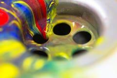 Fluxo abstrato da pintura da cor dentro ao dreno de dissipador como trabalhos de casa, hobb imagem de stock