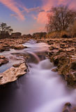 Fluxo alaranjado do rio Imagens de Stock Royalty Free
