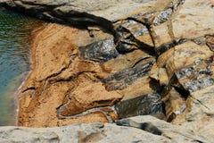 Fluxo da água de uma rocha foto de stock