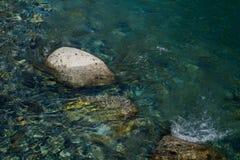 Fluxo da água do lago na pedra imagens de stock royalty free
