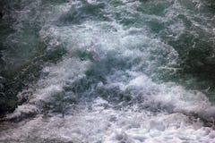 fluxo da água da espuma fotografia de stock