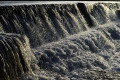 Fluxo da água transparente branca com polvilhar das gotas - um Checkdam - uma cachoeira artificial fotos de stock royalty free