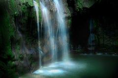 Fluxo da cachoeira fotos de stock