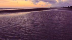 Fluxo de onda movente do mar na praia vídeos de arquivo