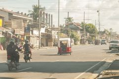 Fluxo de tráfego em Ramon Magsaysay Avenue em Santo Tomas Davao Foto de Stock Royalty Free