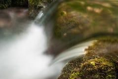 Fluxo de uma água na angra Imagem de Stock Royalty Free