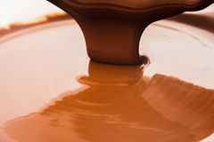 Fluxo do chocolate imagem de stock