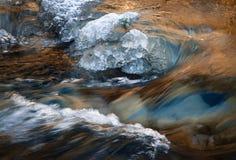 Fluxo do inverno do rio com gelo fotografia de stock