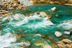 Fluxo do rio da montanha Imagens de Stock Royalty Free