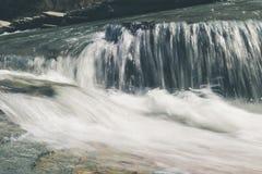 Fluxo do rio da montanha foto de stock royalty free