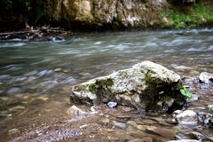 Fluxo do rio em Slovensky Raj fotos de stock royalty free