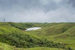 Fluxo do rio entre montes pequenos no cherrapunji, Meghalaya Imagens de Stock