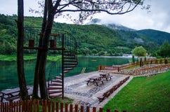 Fluxo e lugar do rio de Una para o abrandamento no parque nacional Una perto de Bihac - de Bósnia e de Herzegovina Fotografia de Stock Royalty Free