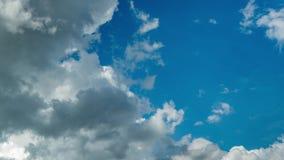 Fluxo inchado escuro das nuvens de chuva no céu azul no dia ensolarado video estoque
