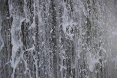 Fluxo rápido da água de queda fotografia de stock