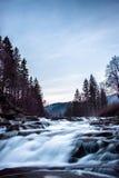 Fluxo rápido de um rio da montanha Fotografia de Stock Royalty Free
