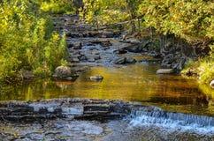 Fluxo rochoso do rio Fotografia de Stock