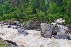 Fluya el río Bhagirathi entre las montañas Himalayan, Uttarakhand, la India de la reunión Imagen de archivo libre de regalías