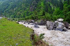 Fluya el río Bhagirathi entre las montañas Himalayan, Uttarakhand, la India de la reunión Imagenes de archivo