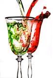 Fluya el vino rojo en vidrio Fotos de archivo libres de regalías
