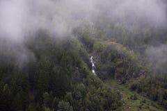 Fluya las cascadas del lago glacier de Kaunertaler en la montaña Foto de archivo libre de regalías