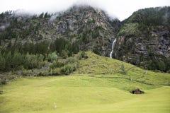 Fluya las cascadas del lago glacier de Kaunertaler en la montaña Fotografía de archivo