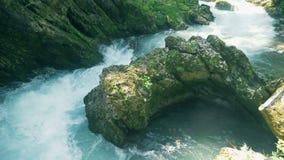 Fluyendo el agua y las piedras están formando una reserva de agua almacen de video