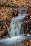 Fluyendo poca caída del agua Fotos de archivo libres de regalías