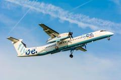 从Flybe奥林匹克空气破折号8 G-ECOE的飞机为登陆做准备 免版税图库摄影