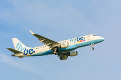 从Flybe奥林匹克空气破折号8 G-ECOE的飞机为登陆做准备 图库摄影