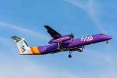 从Flybe破折号8 G-JECG的飞机为登陆做准备 库存照片