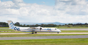 Flybe-Bombardier Streepje 8 die Q400 van de Luchthaven van Manchester voorbereidingen treffen op te stijgen Stock Foto's
