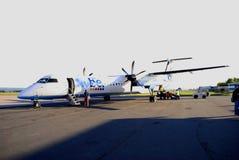 Flybe-Flugzeuge, die an Limoges-Flughafen ausschiffen lizenzfreies stockbild