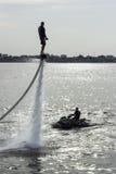 Flyboard和执行特技的滑雪喷气机 免版税库存照片