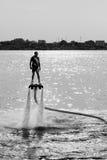 Flyboard和执行特技的滑雪喷气机 库存图片