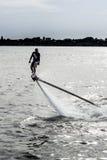 Flyboard и двигатель лыжи выполняя эффектные выступления Стоковое Фото