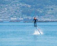 Flyboard i Vigo Hoovering ?ver havet arkivbilder